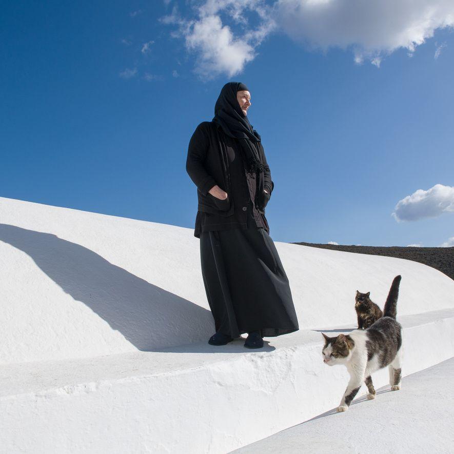 Sœur Irini se balade sur le toit de sa maison, le monastère Agios Georgios Valsamitis ou ...