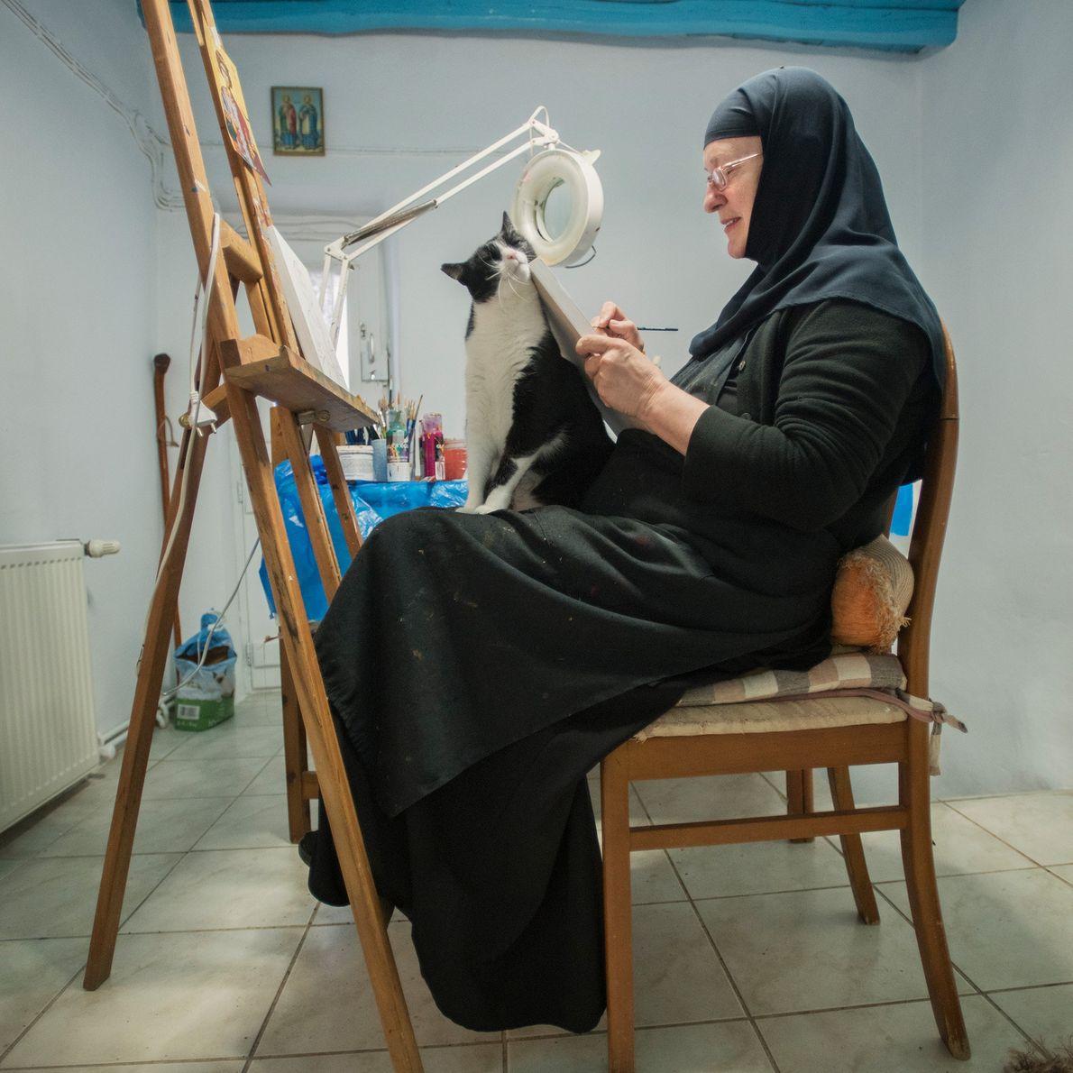 Les visiteurs qui viennent au monastère peuvent acheter des peintures d'icônes réalisées par Sœur Irini, comme ...
