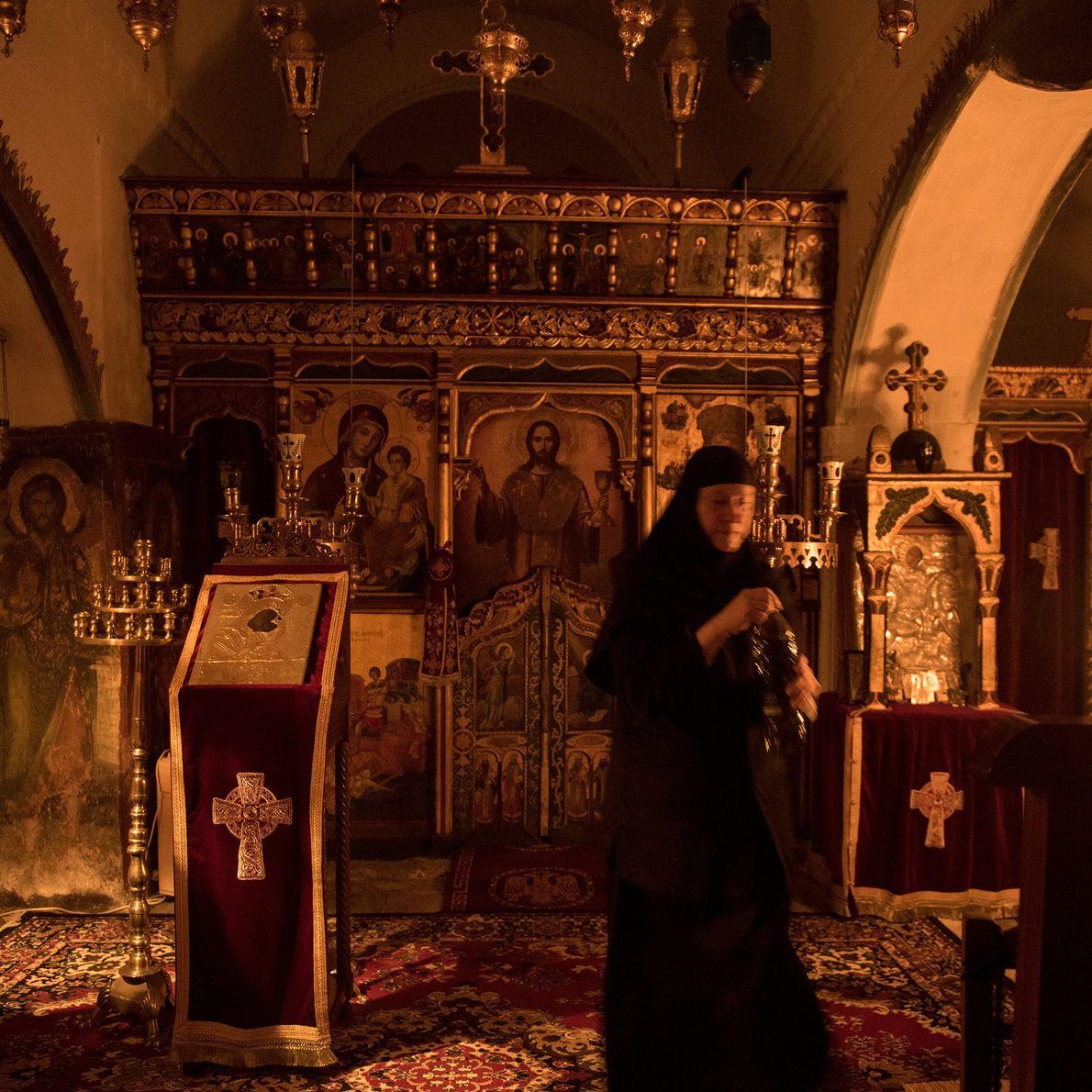 Sœur Irini fait sa prière matinale à St. Valsamitis. Autrefois, les gardiens du monastère, qui étaient ...