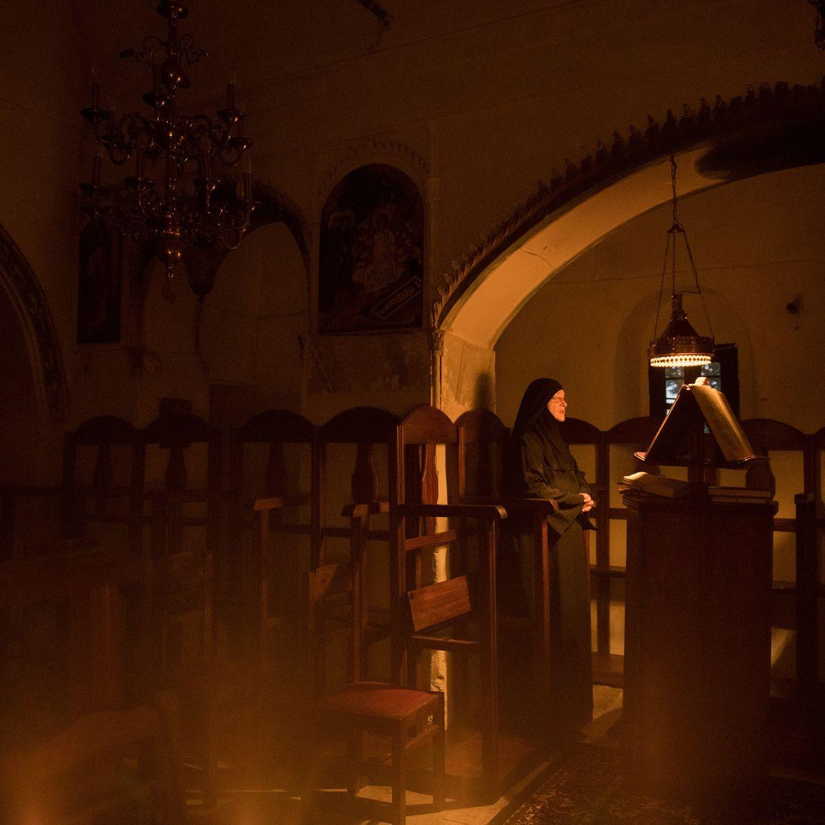 Sœur Irini fait seule sa prière du matin au monastère St. Valsamitis. Sœur Irini est une ...