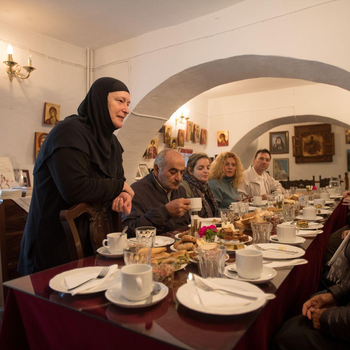 Sœur Irini discute avec ses invités au petit-déjeuner après la messe du samedi matin à St. ...