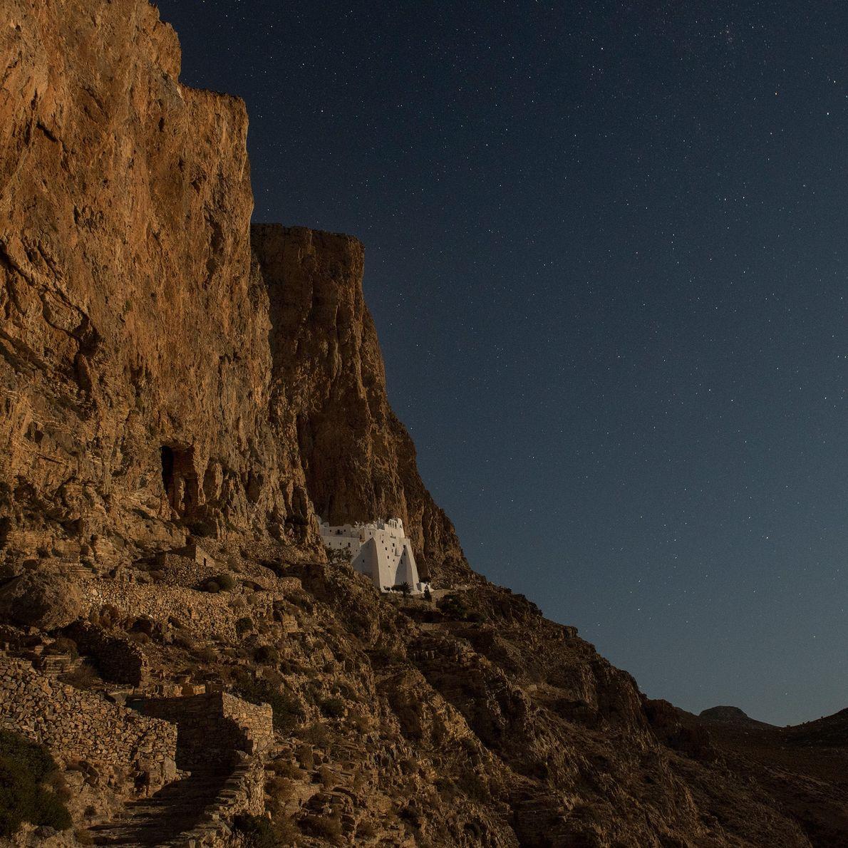 Les murs blancs du Monastère de la Hozoviotissa étincellent à la lueur de la Lune. Un ...