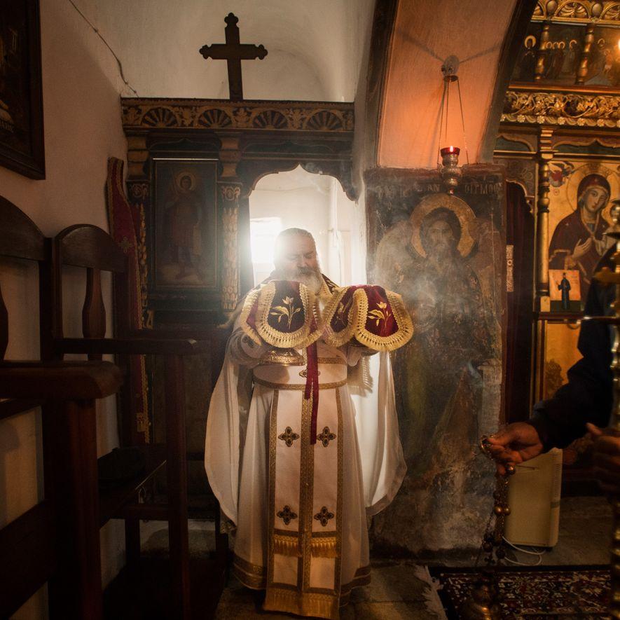 Le père Georgios, archieratikos ou grand prêtre d'Amorgos, célèbre la messe dans l'église du monastère St. ...