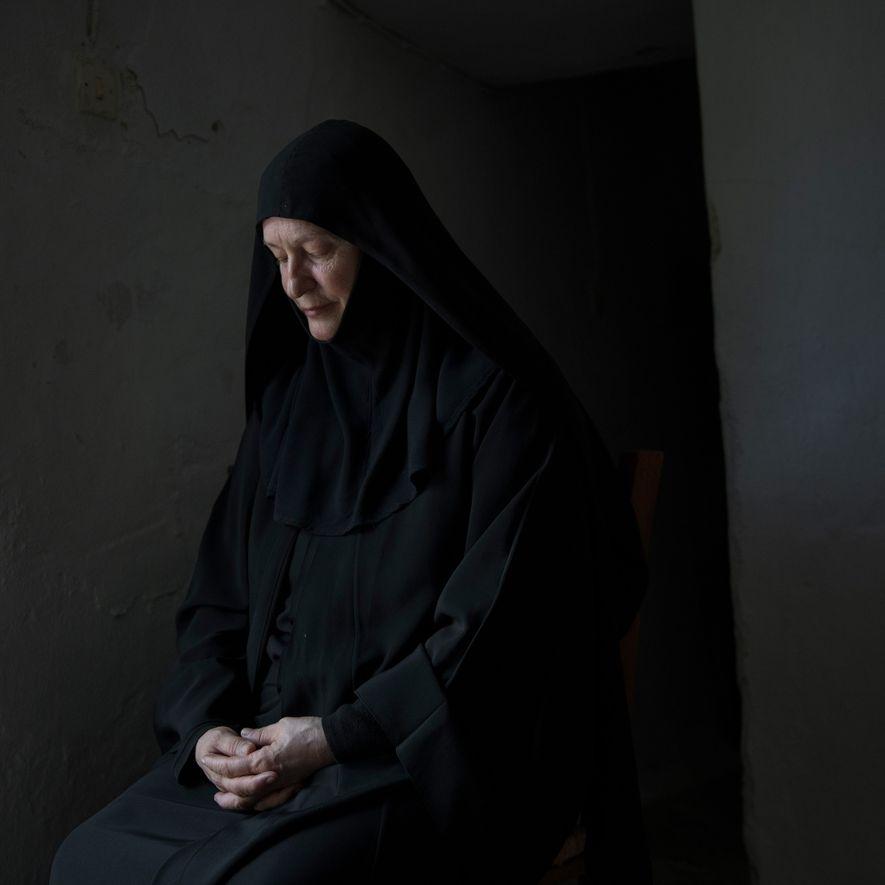 Après la mort de son mari et une fois ses enfants indépendants, Sœur Irini est retournée ...