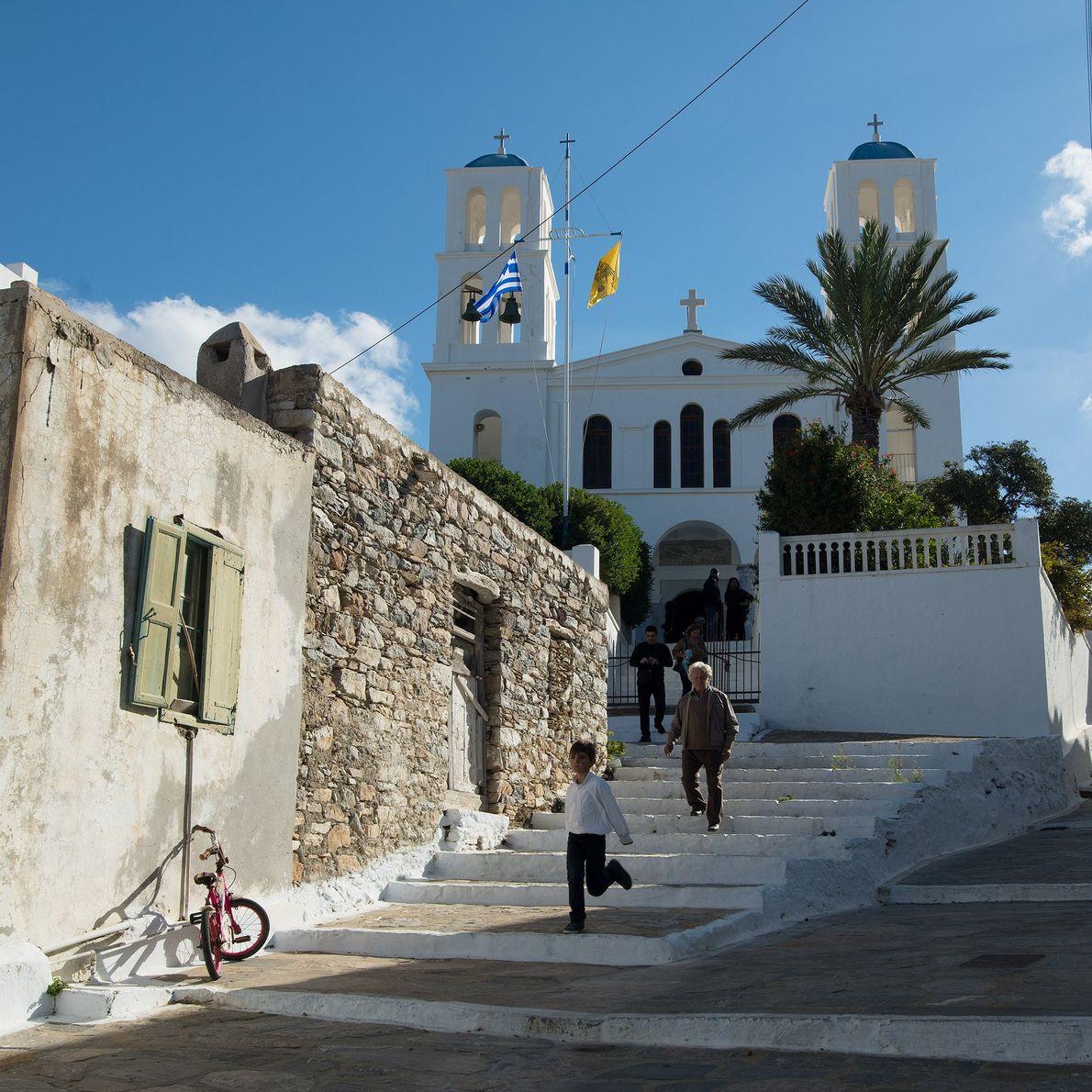 La messe dominicale finie, les fidèles quittent l'église principale de Katapola, l'un des deux ports les ...