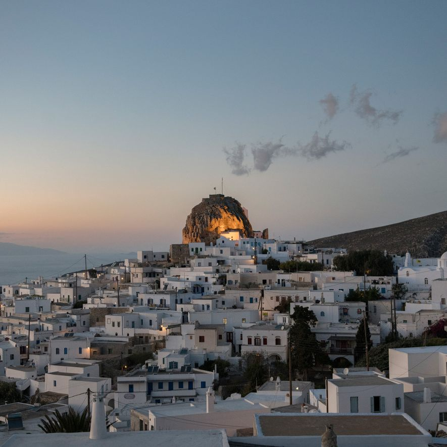 Alors que le soleil se couche, la forteresse médiévale érigée au sommet d'une saillie rocheuse s'illumine ...