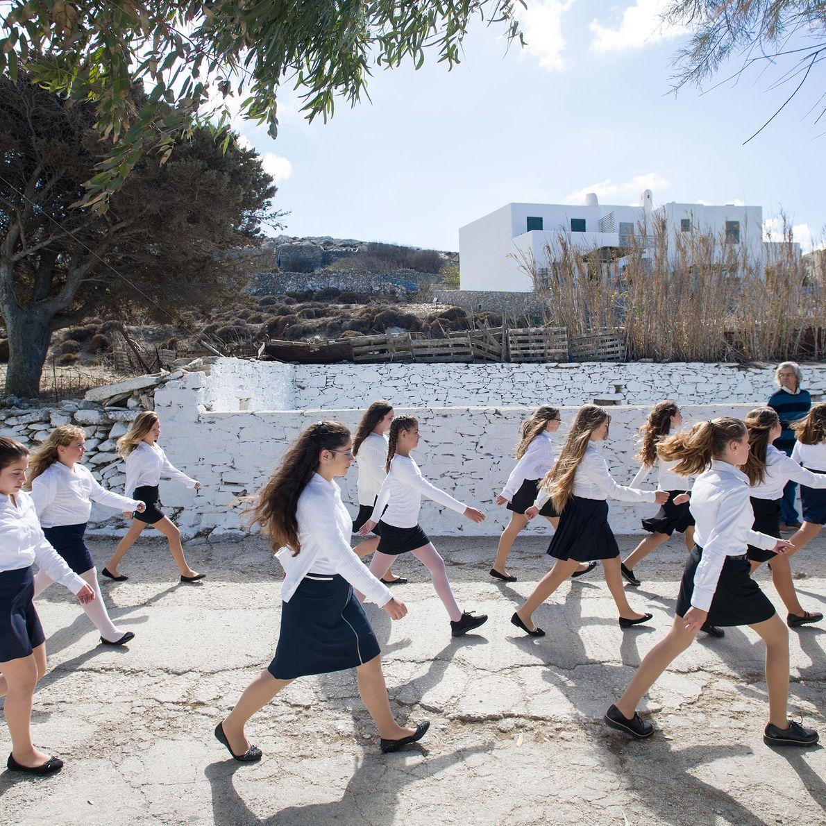 Des étudiantes de Chora défilent pour commémorer le Jour du ochi, ou Jour du Non.