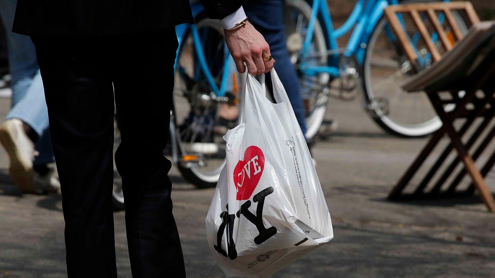 Les sacs de courses à usage unique sont omniprésents à New York City et ailleurs. L'État ...