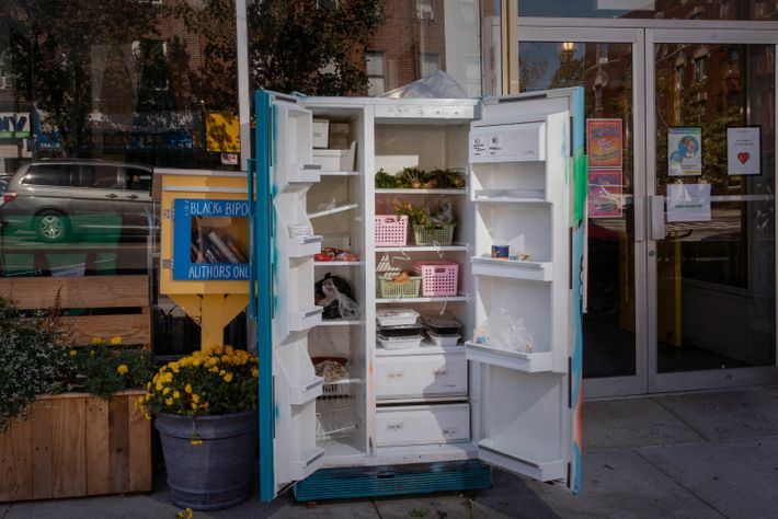 Dans le Queens à New York, un réfrigérateur communautaire permet aux habitants de donner ou de prendre ...