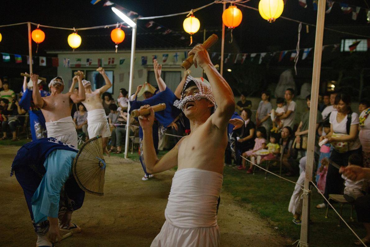 Des danseurs déguisés en pêcheurs donnent une représentation pendant la fête estivale du O-bon.