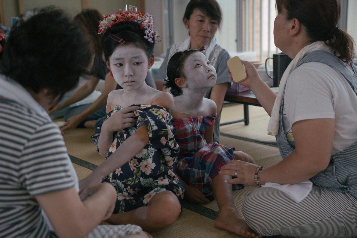 Les filles sont maquillées en Lady Shizuka, une des plus célèbres shirabyōshi du Japon du 12e ...