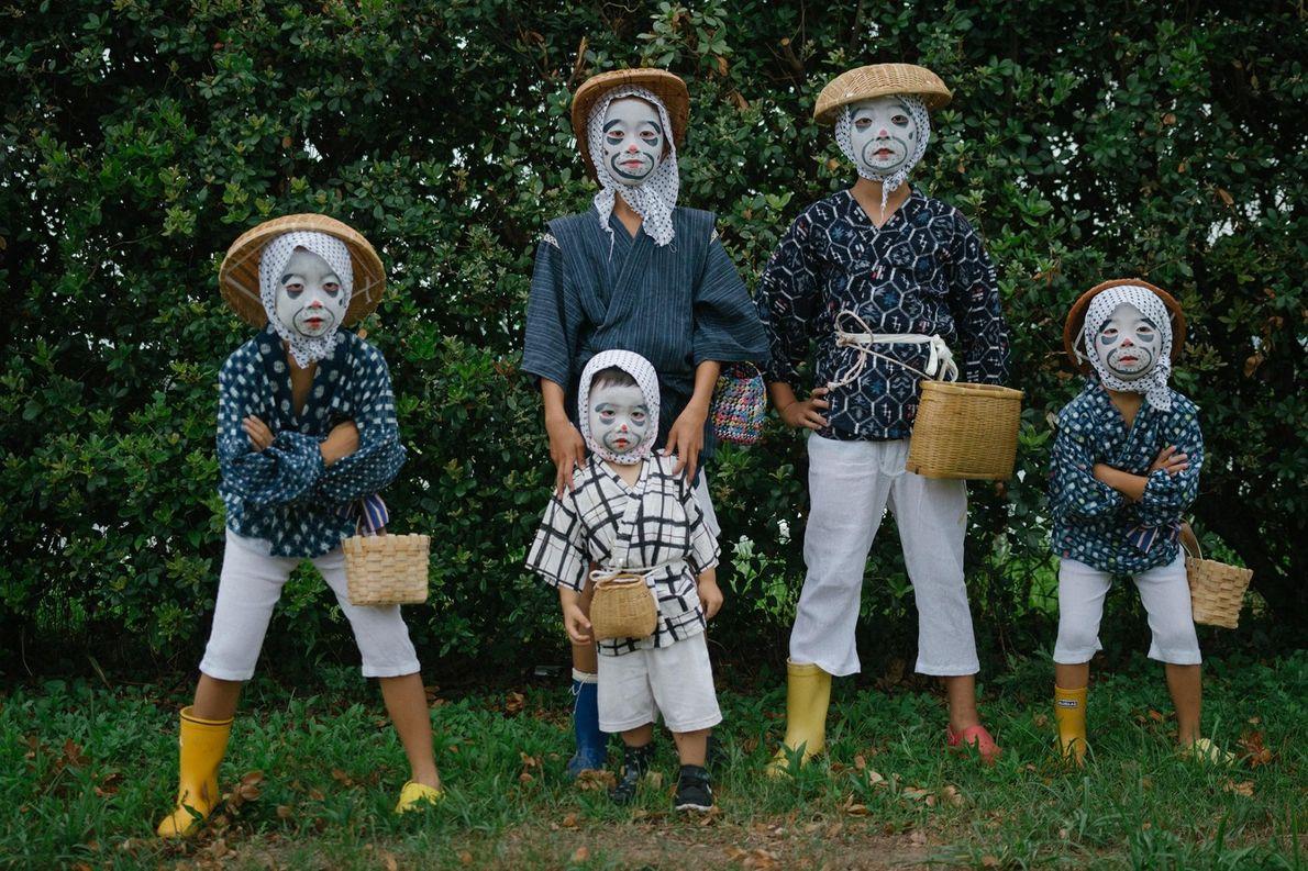 Des enfants déguisés et maquillés en « pêcheurs ivres » posent pour un portrait.