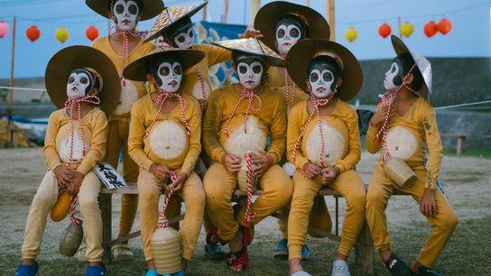 Les enfants habillés en tanuki, sorte de raton laveur, posent pour une photo de groupe sur ...
