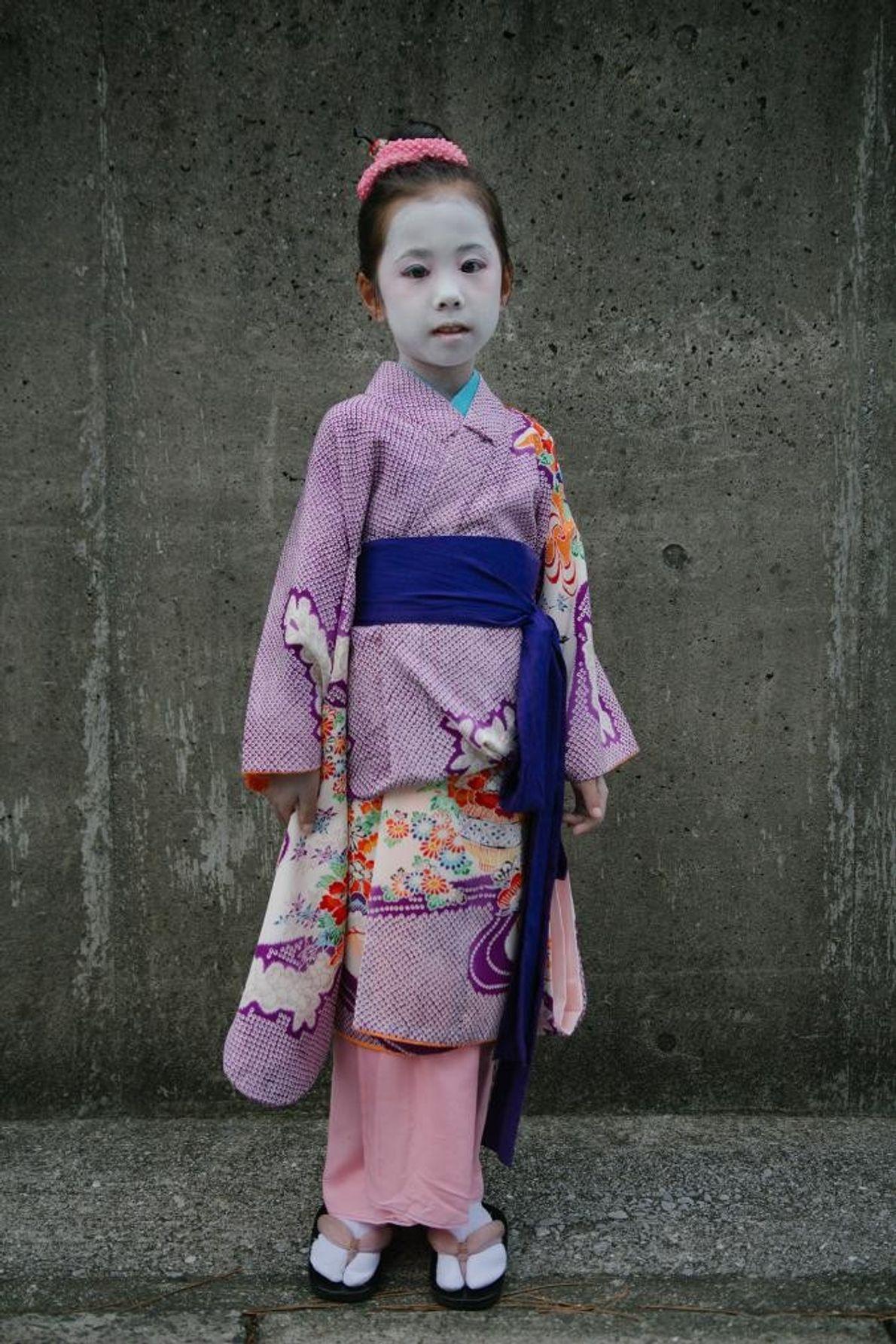Des enfants déguisés en personnages populaires de la culture japonaise - kitsune, geisha, et tanuki - ...