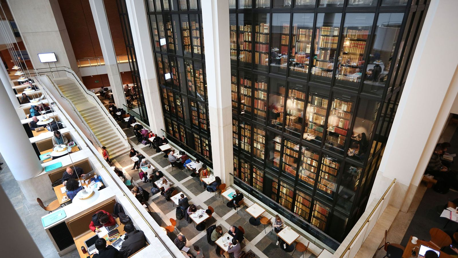 Des visiteurs ont pris place au café de la British Library. Cette bibliothèque possède des millions ...