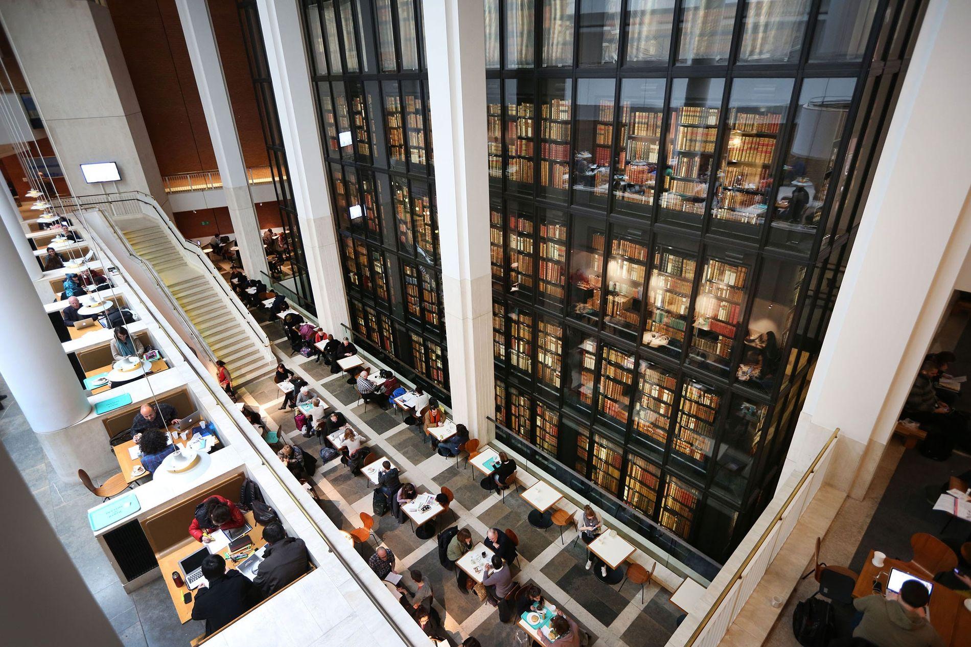 Des visiteurs ont pris place au café de la British Library. Cette bibliothèque possède des millions de pages accessibles numériquement.