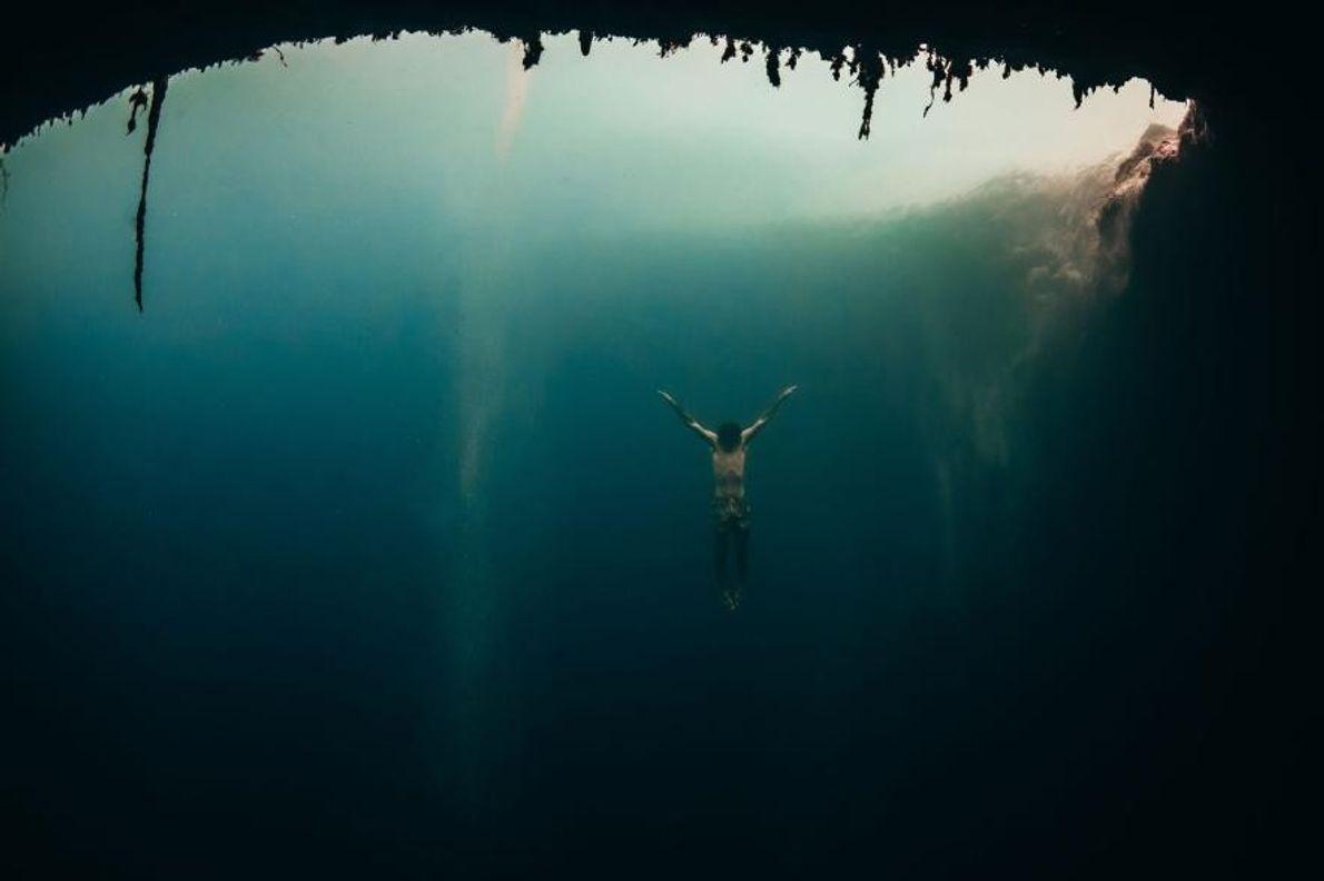 Un plongeur dans le trou bleu de Dean, aux Bahamas.