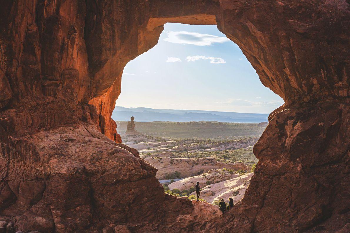 UTAH, UNE FENÊTRE SUR LE MONDE. Dans l'Utah, ces rideaux de roche rouge encadrent les étendues ...