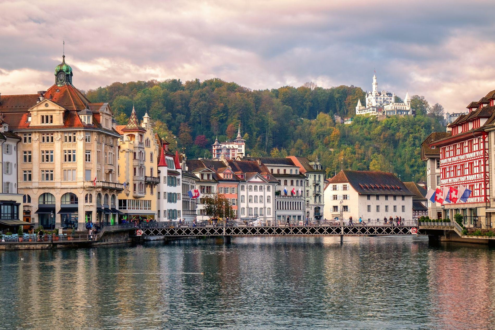 La vieille ville de Lucerne, Altstadt en allemand, surplombe la rivière Reuss.