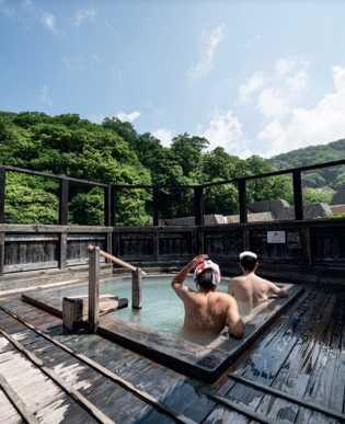 Au Japon, prendre un bain dans un onsen relève à la fois de la tradition, du ...