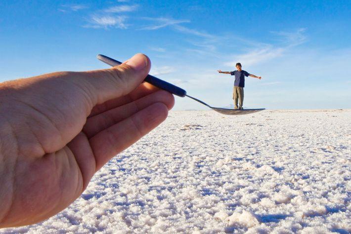 L'horizon des plaines salines d'Uyuni, vraisemblablement sans fin, offre la possibilité aux photographes de jouer avec ...