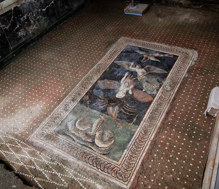 Le personnage de cette remarquable mosaïque a été identifié : il s'agit du chasseur Orion. C'est une ...