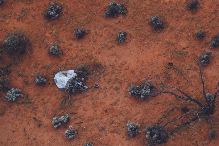 Le 6 décembre 2020, une capsule lâchée par l'engin spatial japonais Hayabusa2 a atterri dans l'outback australien. Le conteneur ...