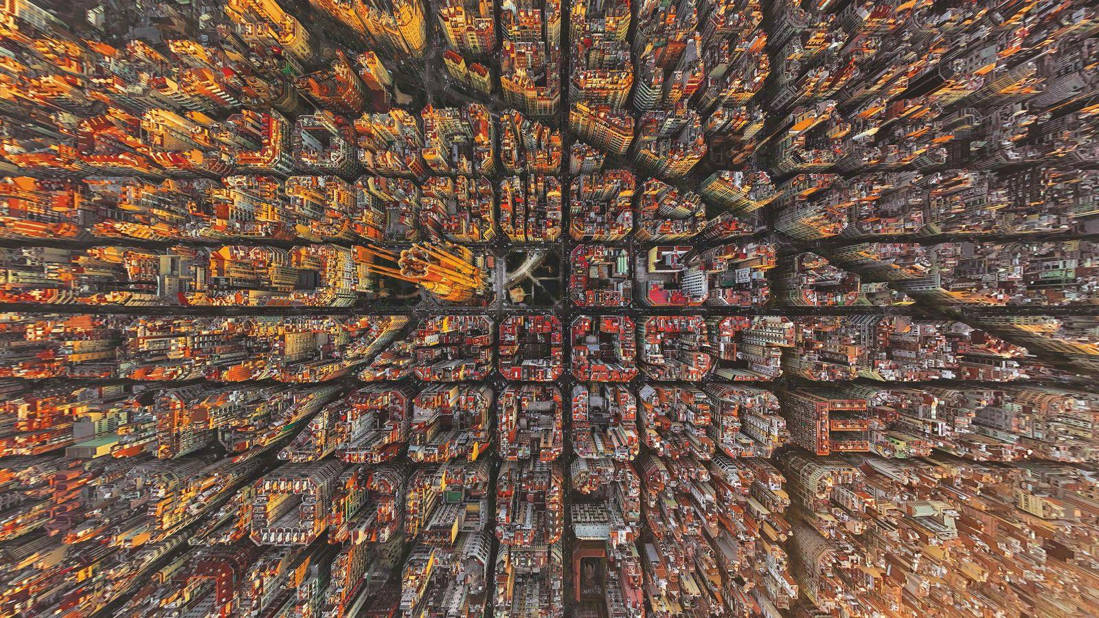 Les flèches de la Sagrada Família de Gaudí s'élèvent de la mosaïque barcelonaise.