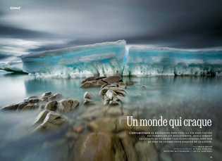 La mer a poli la roche, devant la banquise brisée et échouée sur le littoral. La ...