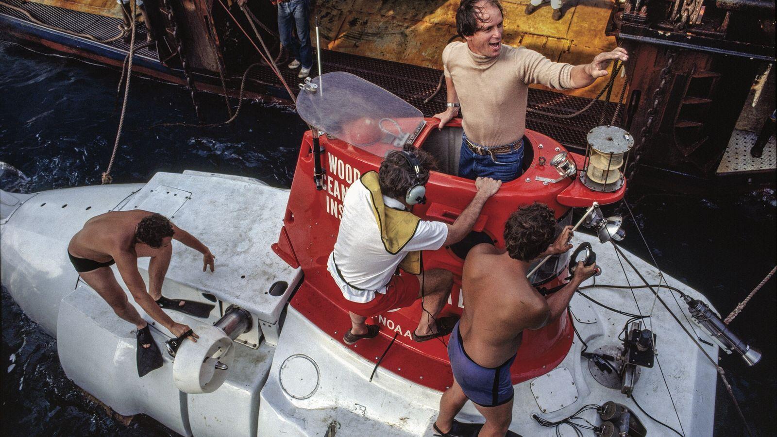 Robert Ballard émerge du submersible Alvin, après une plongée dans le rift des Galápagos, en 1979. ...