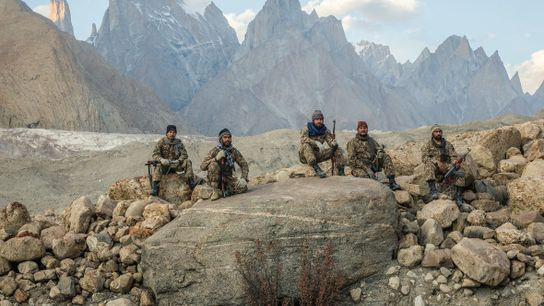 Des soldats affectés à la 62e brigade de l'armée pakistanaise font une pause au pied des ...