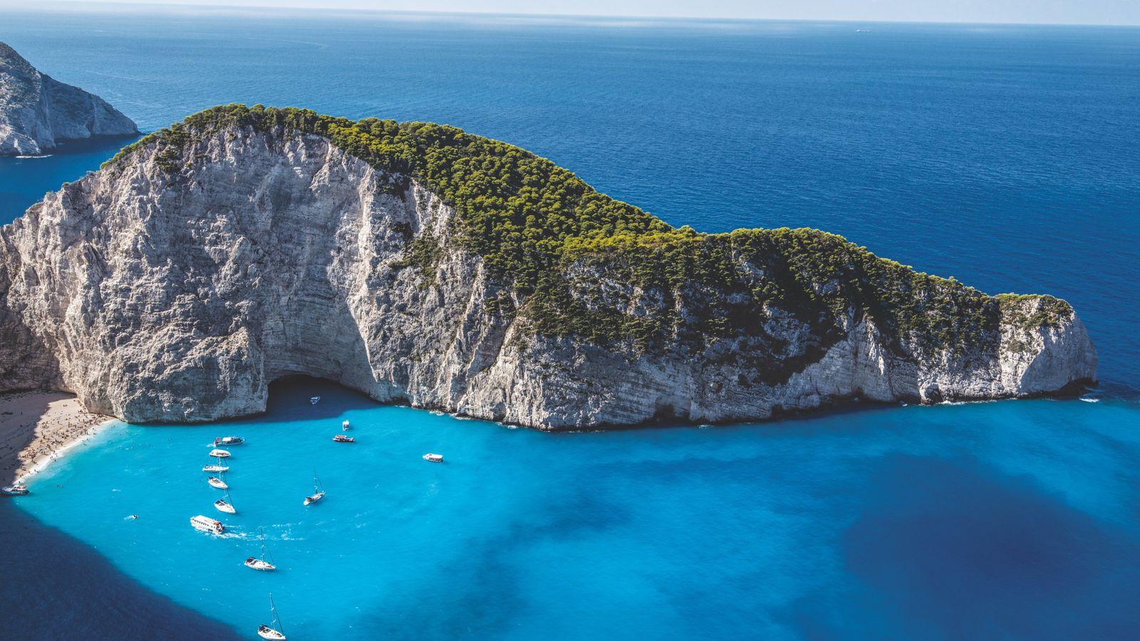 Plage de Navagio, sur l'île ionienne de Zakynthos, accessible uniquement par bateau.