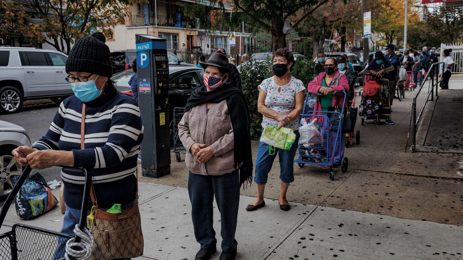 Queens, New York.  María Quinteres (qui porte un masque avec le drapeau américain) a 84 ans. ...