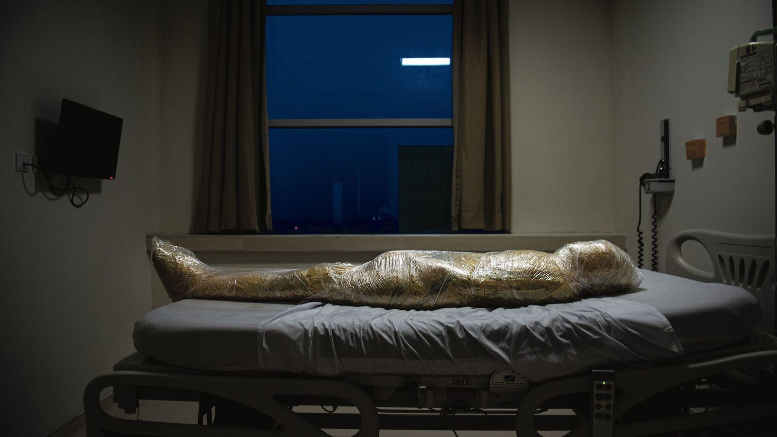 Une victime de la Covid-19 devient une momie moderne.  En Indonésie, le corps enveloppé de plastique d'une ...