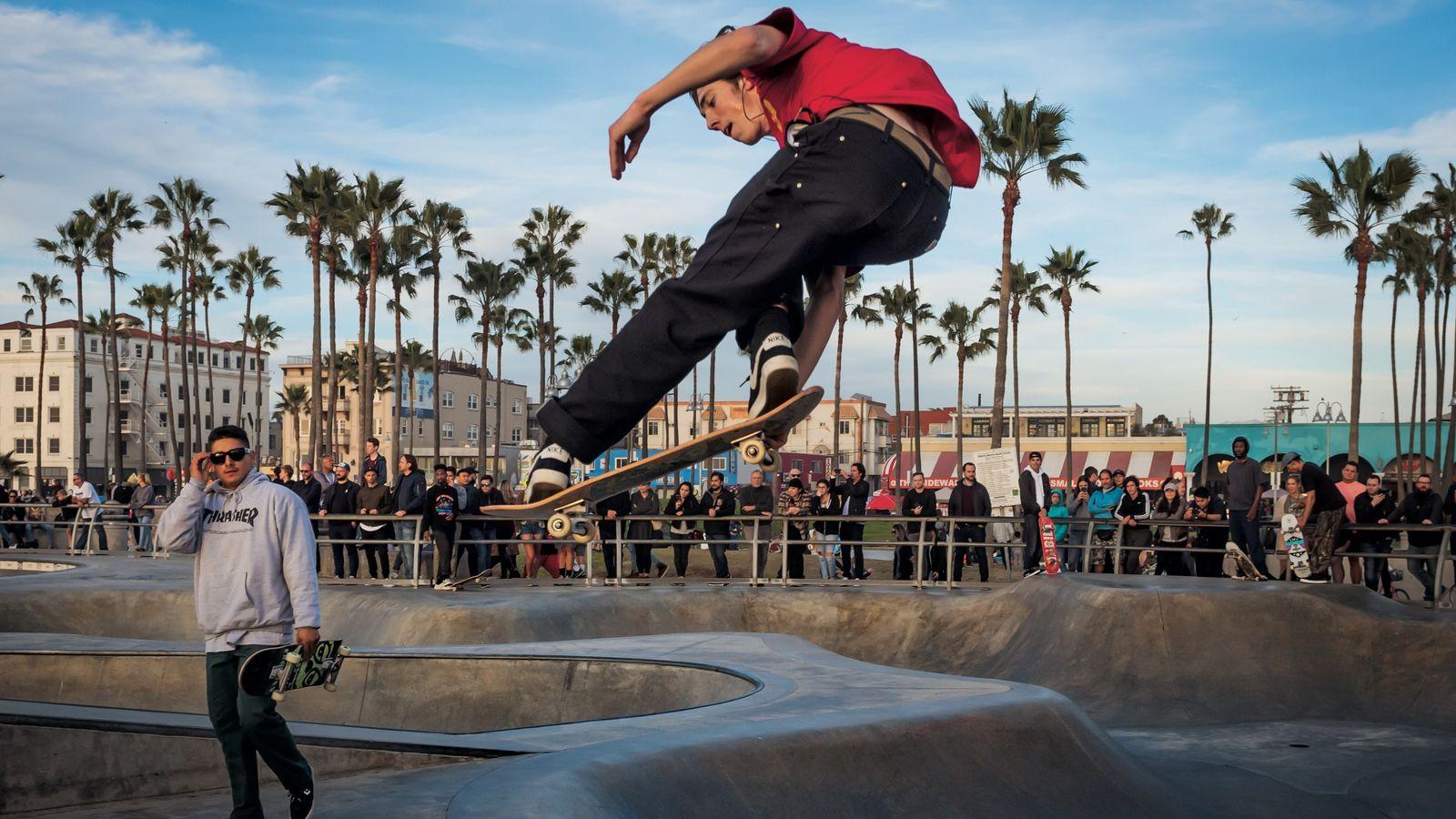 Une foule se rassemble au Venice Beach Skate Park pour assister aux exploits de skateurs comme ...