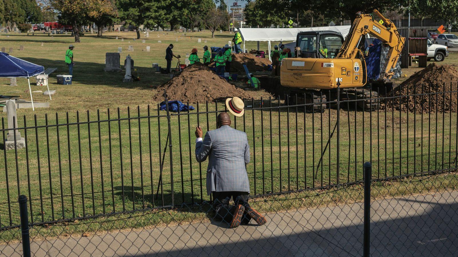 Le pasteur Robert Turner prie devant le cimetière Oaklawn, à Tulsa, où une fosse commune a ...