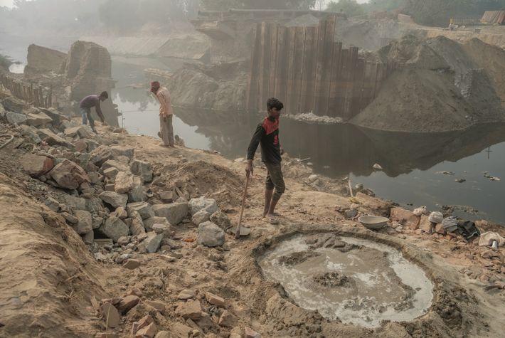 À Faridabad, non loin de Delhi, en Inde, les ouvriers qui construisent un barrage travaillent dans ...