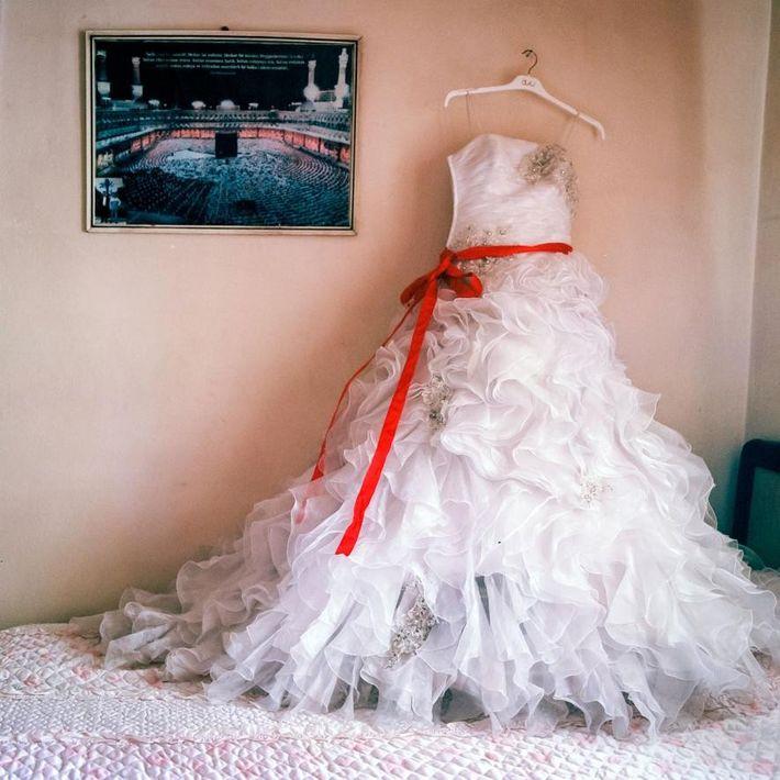 Robe de mariée portée par une jeune fille de 14 ans et exposée après la cérémonie ...