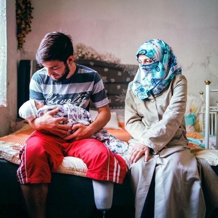 İ., 20 ans, A., 17 ans, et leur bébé de cinq jours chez eux, à Kayseri. ...
