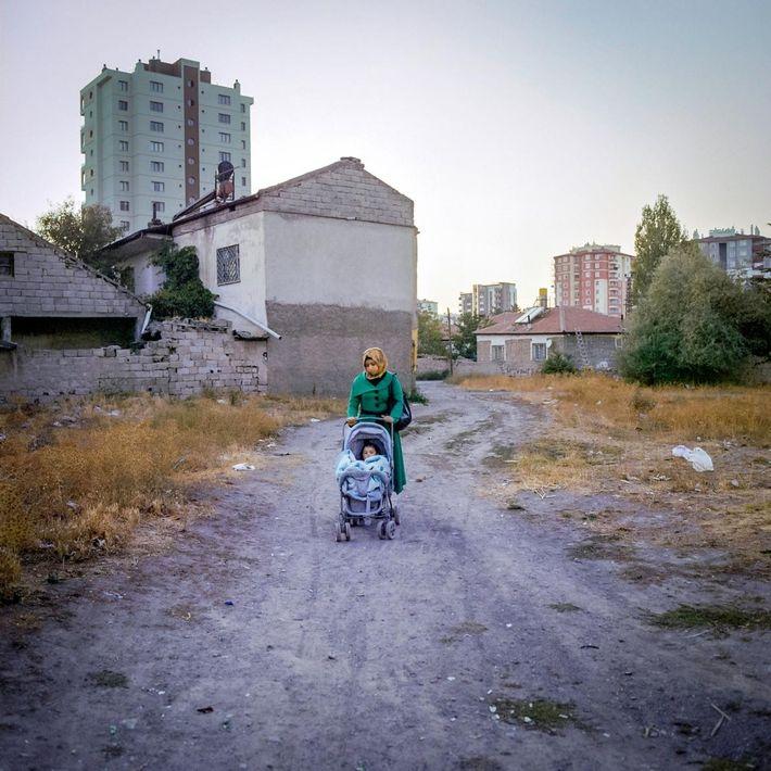 M., 17 ans, promène sa fille en poussette à Kayseri. M. a été mariée à l'âge ...