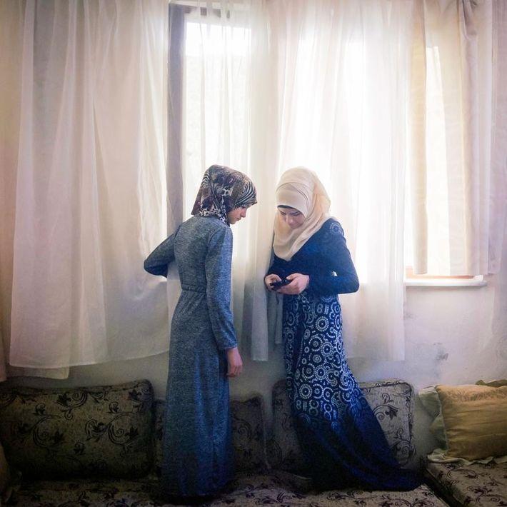 H., 15 ans (à droite), et sa sœur de 13 ans partagent un moment de jeu ...