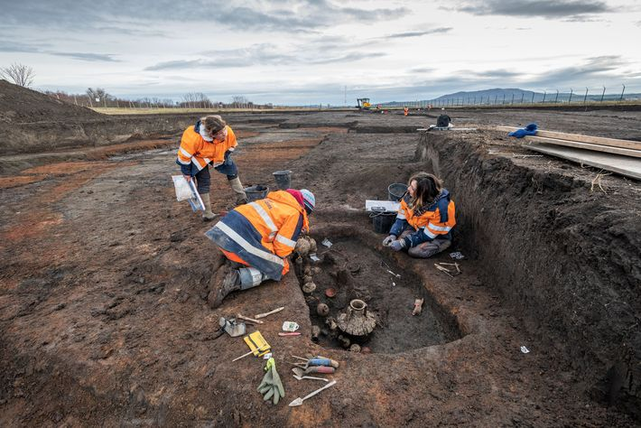 Les archéologues s'attèlent à la fouille de la sépulture en bordure des pistes de l'aéroport