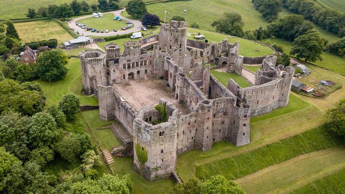 Au 15e siècle, le château de Raglan est devenu une impressionnante demeure seigneuriale occupée par divers ...