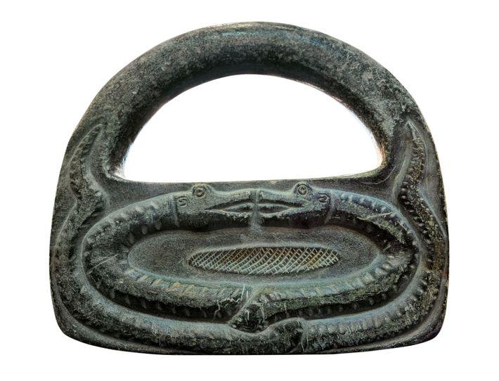 Le site de Jiroft regorgeait d'objets en forme de cadenas comme celui-ci. Parfois simplement appelés « poids », ...