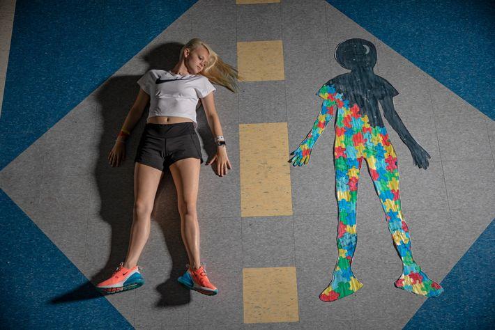Hailey Nankivel est allongée à côté d'un tableau qu'elle a réalisé qui illustre la douleur chronique ...