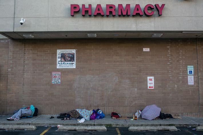 Sur le parking d'une pharmacie surveillé par un agent de sécurité, ce trottoir protégé par un ...