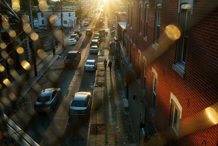 De nombreux pâtés de maisons de Kensington Avenue courent sous les voies surélevées de Philadelphie. Les rues ...