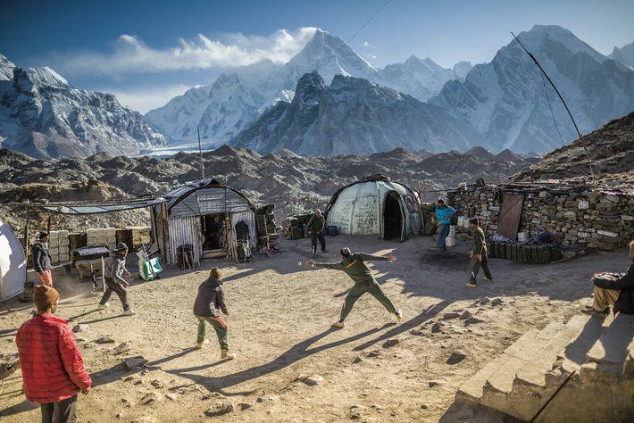 Une partie de cricket offre un peu d'exercice et d'insouciance aux hommes du régiment du Pendjab ...