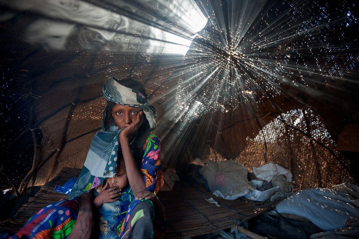 Contraintes de quitter leur foyer à cause de la sécheresse qui a décimé leur bétail, Aisha ...