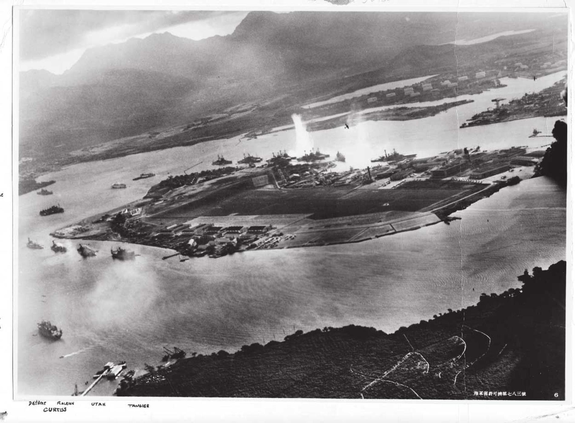 Cette vue aérienne de Hawaï a été prise à bord d'un avion japonais le 7 décembre ...